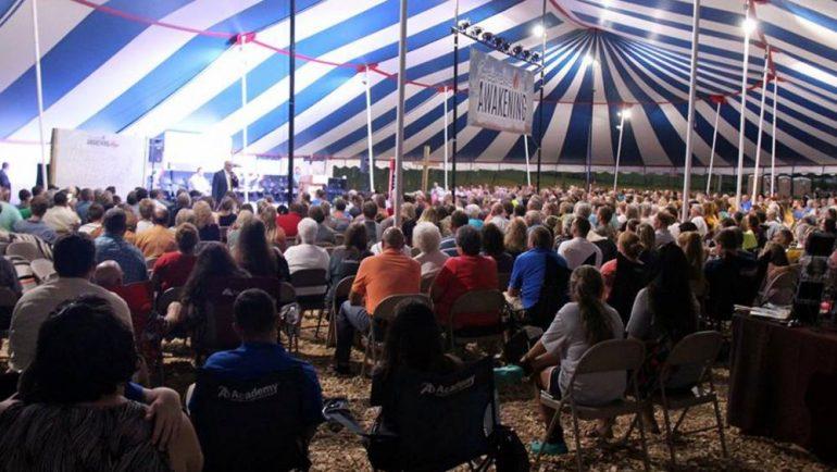 Igreja se reúne em tendas para oração que já dura 5 meses e tem 700 conversões